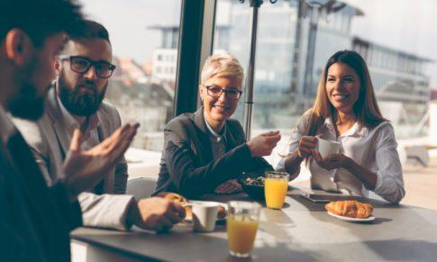Felicidade no trabalho: o que podemos aprender com o hygge dos escandinavos